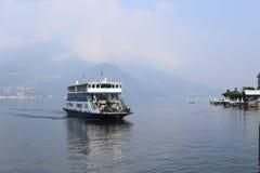 Bellagio, Italia; 26 09 2016 Un transbordador que llega el embarcadero en Bellagio, en el lago Como Foto de archivo