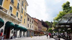 BELLAGIO ITALIEN - MAJ 14, 2017: Bellagio shoppar den huvudsakliga gatan med, sjön Como, Italien Fotografering för Bildbyråer