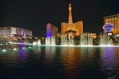 Bellagio-Kasino-Wasser-Show nachts mit Paris-Kasino und Eiffelturm, Las Vegas, Nanovolt Stockbilder