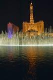 Bellagio-Kasino-Wasser-Show nachts mit Paris-Kasino und Eiffelturm, Las Vegas, Nanovolt Lizenzfreie Stockfotos
