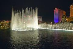 Bellagio-Kasino-Wasser-Show nachts mit Paris-Kasino und Eiffelturm, Las Vegas, Nanovolt Stockbild