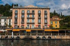 BELLAGIO NA jeziorze COMO, WŁOCHY, CZERWIEC 15, 2016 Widok na wybrzeże linii Bellagio miasto na Jeziornym Como, Włochy Włoszczyzn Zdjęcia Royalty Free