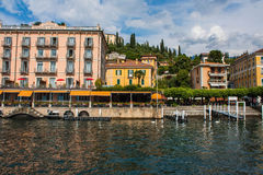 BELLAGIO NA jeziorze COMO, WŁOCHY, CZERWIEC 15, 2016 Widok na wybrzeże linii Bellagio miasto na Jeziornym Como, Włochy Włoszczyzn Fotografia Royalty Free