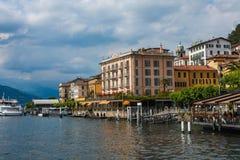 BELLAGIO PÅ SJÖN COMO, ITALIEN, JUNI 15, 2014 Sikt på kustlinje av den Bellagio staden på sjön Como, Italien Italiensk landskapst Royaltyfri Foto