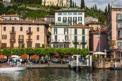 BELLAGIO PÅ SJÖN COMO, ITALIEN, JUNI 15, 2016 Sikt på kustlinje av den Bellagio staden på sjön Como, Italien Italiensk landskapst Arkivfoton