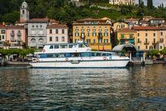 BELLAGIO PÅ SJÖN COMO, ITALIEN, JUNI 15, 2016 Sikt på kustlinje av den Bellagio staden på sjön Como, Italien Italiensk landskapst Royaltyfri Fotografi