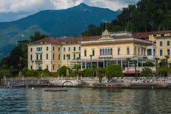 BELLAGIO PÅ SJÖN COMO, ITALIEN, JUNI 15, 2014 Sikt på kustlinje av den Bellagio staden på sjön Como, Italien Italiensk landskapst Arkivfoto