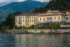 BELLAGIO PÅ SJÖN COMO, ITALIEN, JUNI 15, 2014 Sikt på kustlinje av den Bellagio staden på sjön Como, Italien Italiensk landskapst Royaltyfri Fotografi