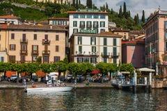 BELLAGIO PÅ SJÖN COMO, ITALIEN, JUNI 15, 2016 Sikt på kustlinje av den Bellagio staden på sjön Como, Italien Italiensk landskapst Fotografering för Bildbyråer