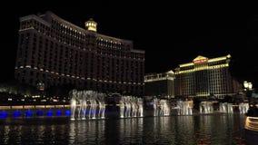 Bellagio springbrunn på natten med en CaesarsPalace hotellsikt på bakgrund arkivfilmer