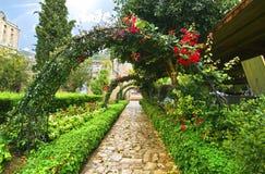 Bellapais修道院庭院在北被占领的塞浦路斯 库存照片