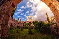 Bellapais修道院,正面图 凯里尼亚,塞浦路斯 免版税库存图片