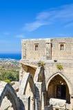 Bellapais, Cyprus - 4 Oct 2018: Mediterraan zeegezichtlandschap dat uit de ruïnes van middeleeuwse Bellapais-Abdij wordt genomen stock fotografie