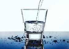 Belle éclaboussure de l'eau bleue image stock