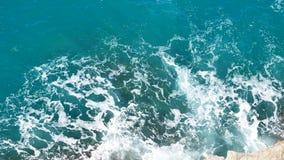 Belle éclaboussure de la mer Méditerranée de turquoise la roche images stock