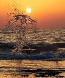 Belle éclaboussure de mer au coucher du soleil Image libre de droits