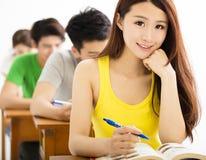 Belle écolière étudiant dans la salle de classe image stock