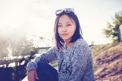 Belle écolière asiatique de fille 15-16 ans, portrait dehors, Photos stock