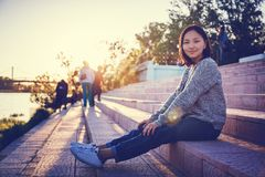 Belle écolière asiatique de fille 15-16 ans, portrait dehors, Image stock