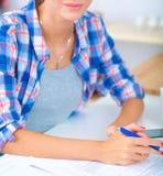 Belle écriture de jeune femme quelque chose dans son bloc-notes Photo stock