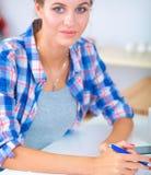 Belle écriture de jeune femme quelque chose dans son bloc-notes Photos libres de droits