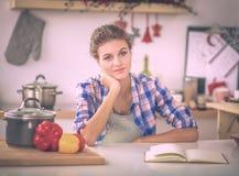 Belle écriture de jeune femme quelque chose dans son bloc-notes image libre de droits
