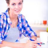 Belle écriture de jeune femme quelque chose dans son bloc-notes Images libres de droits