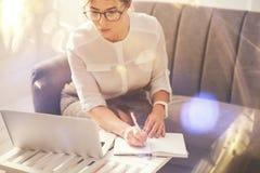 Belle écriture sérieuse de femme d'affaires dans son carnet Images stock