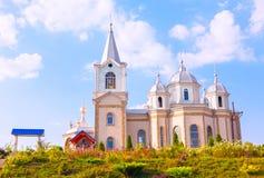 Belle église contre le ciel bleu photos stock