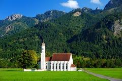 Belle église de pèlerinage de St Coloman de blanc, située près du château célèbre de Neuschwanstein, l'Allemagne photo stock