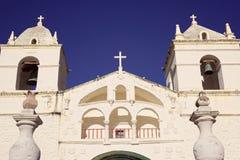 Belle église en pierre blanche dans Maca au Pérou Image stock
