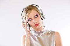 Belle électro fille de bruit dans des écouteurs. Photographie stock libre de droits
