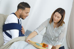 Belle épouse affectueuse s'inquiétant du mari malade Photographie stock libre de droits