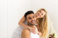 Belle étreinte de couples riant le jeune homme hispanique et la femme de sourire heureux dans l'amour Photos stock