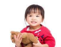Belle étreinte de petite fille avec l'ours photographie stock libre de droits