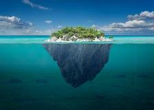 Belle île de solitude avec les arbres verts dans l'océan images stock
