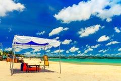 Belle île tropicale Bali de plage avec la plage sablonneuse et l'eau de mer propre azurée sur le ciel bleu d'espace libre de pays Photographie stock libre de droits