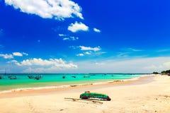 Belle île tropicale Bali de plage avec la plage sablonneuse et l'eau de mer propre azurée sur le ciel bleu d'espace libre de pays Images stock