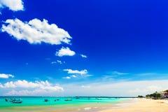 Belle île tropicale Bali de plage avec la plage sablonneuse et l'eau de mer propre azurée sur le ciel bleu d'espace libre de pays Photos stock