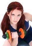 Belle adolescente avec des poids de main Image stock