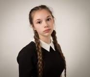Belle adolescente avec des tresses habillées dans le noir Photos stock