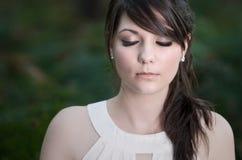 Belle adolescente avec des yeux fermés Photographie stock libre de droits
