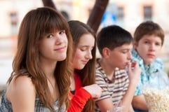 Belle adolescente ayant l'amusement avec des amis Photos libres de droits