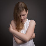 Belle adolescente dans la robe blanche s'embrassant Image stock