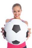 Belle adolescente de sourire avec la bille de football Image stock