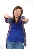 Belle adolescente de sourire montrant des pouces  image stock