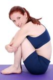 Belle adolescente expliquant la bille Positio de Winsor Pilates Images stock