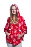 Belle adolescente gaie posant dans le studio Hoodie rouge de port d'hiver avec des flocons de neige D'isolement sur le fond blanc Image libre de droits
