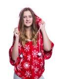 Belle adolescente gaie posant dans le studio Hoodie rouge de port d'hiver avec des flocons de neige D'isolement sur le fond blanc Photos libres de droits