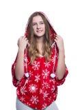 Belle adolescente gaie posant dans le studio Hoodie rouge de port d'hiver avec des flocons de neige D'isolement sur le fond blanc Photos stock